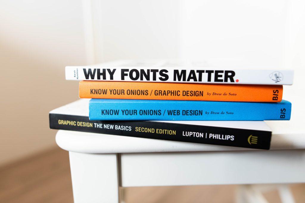 Ein Stapel Bücher zum Thema Grafikdesign.