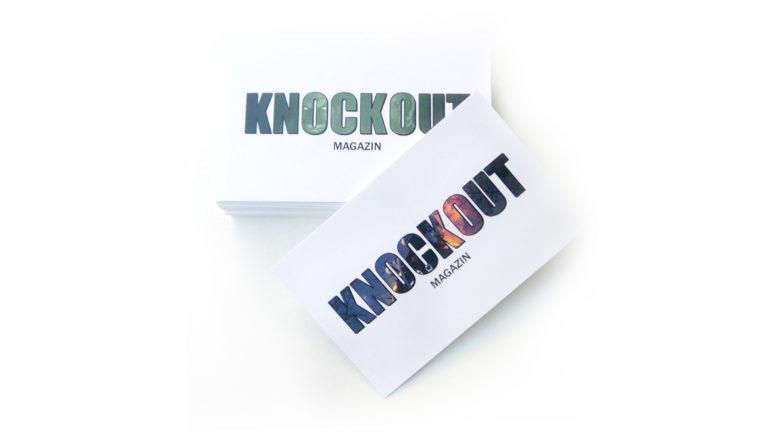 Gestapelte Visitenkarten mit dem Logo vom Knockout Magazin