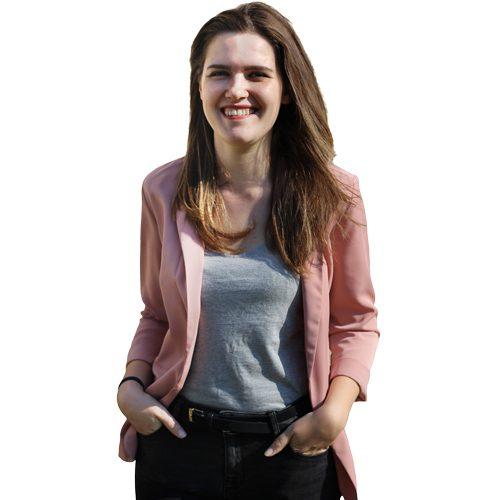 Online-Redakteurin und Mediengestalterin Maren Selbst vor transparentem Hintergrund